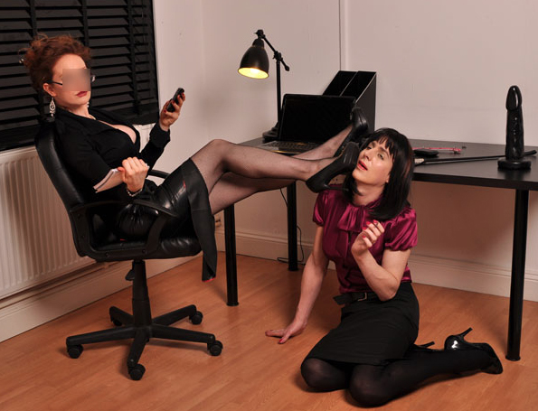 London-Mistress-Scarlett-Thorne-with-sissyslut